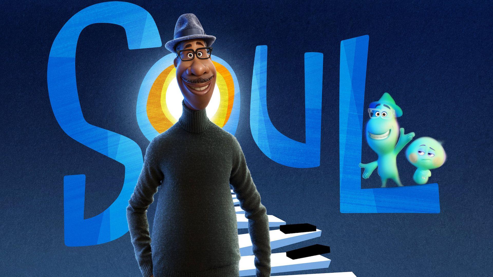 """Em primeiro plano está o protagonista, Joe Gardner, em sua forma humana. Ele é negro, usa óculos, um chapéu, um casaco preto e sorri olhando para frente. Ao fundo, há uma escadaria feita com teclas de piano, levando ao letreiro do filme """"Soul"""", com a representação astral de Joe acenando ao lado de 22, em cima da letra """"L"""". O fundo da imagem é azul marinho."""