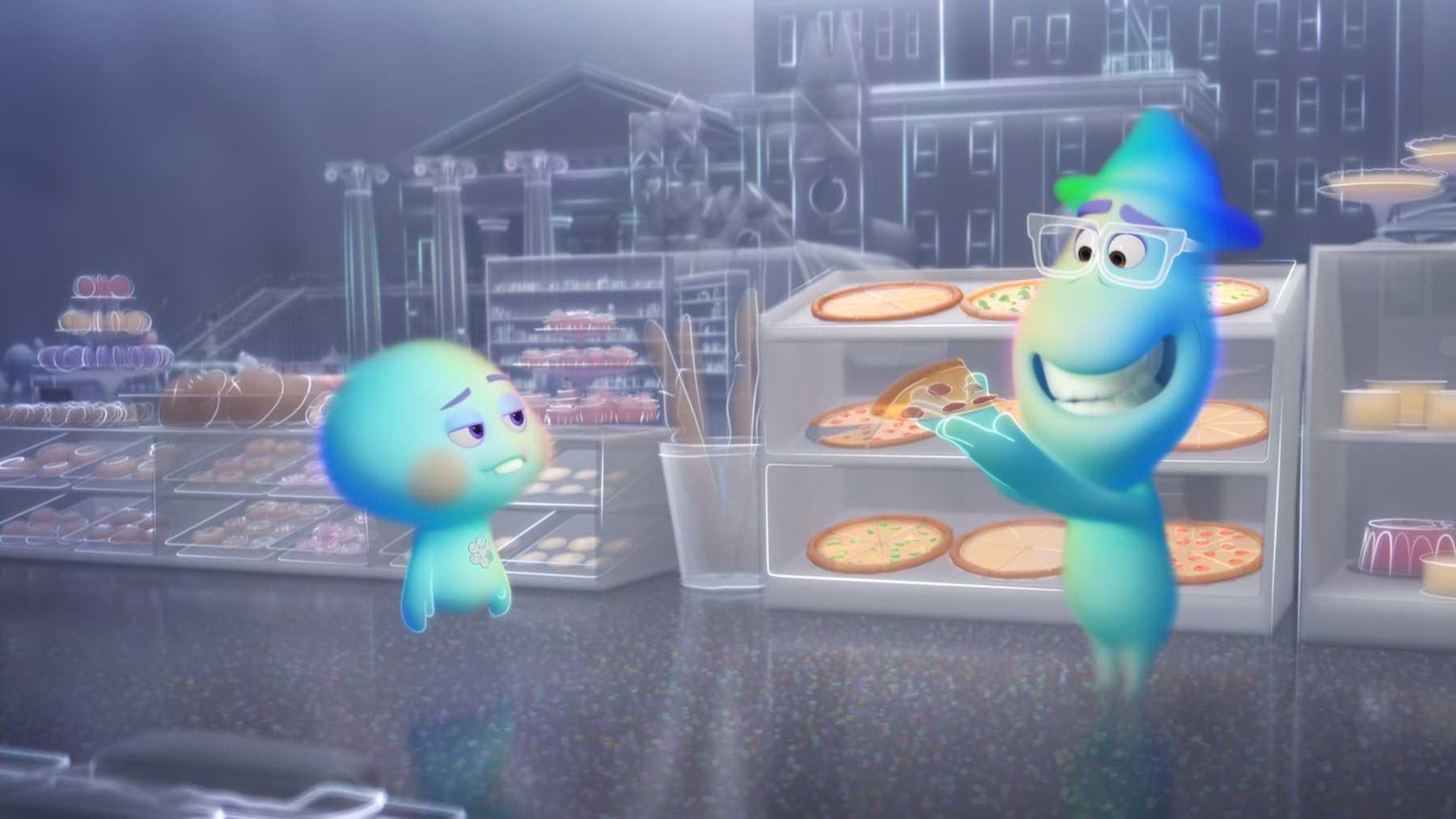 Joe Gardner em sua forma astral, segurando um pedaço de pizza quase transparente, e mostrando a 22. Joe demonstra alegria em apresentar a pizza para 22, que se mostra desinteressada. Ao fundo, diversas vitrines de comidas, todas quase transparentes.