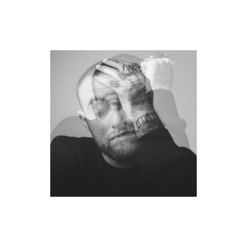 A imagem é a foto de capa do álbum Circles, do rapper Mac Miller. Na imagem, há uma foto de Mac Miller com a mão esquerda apoiada em sua cabeça, tampando um de seus olhos. Também há uma outra imagem de Mac por cima, com menor opacidade, ele está com a cabeça apoiada em seu braço esquerdo. Mac é um homem branco, de cabelo raspado, barba rala, com tatuagens no corpo e que está vestindo uma blusa de manga comprida preta. A imagem está em tons preto e branco.