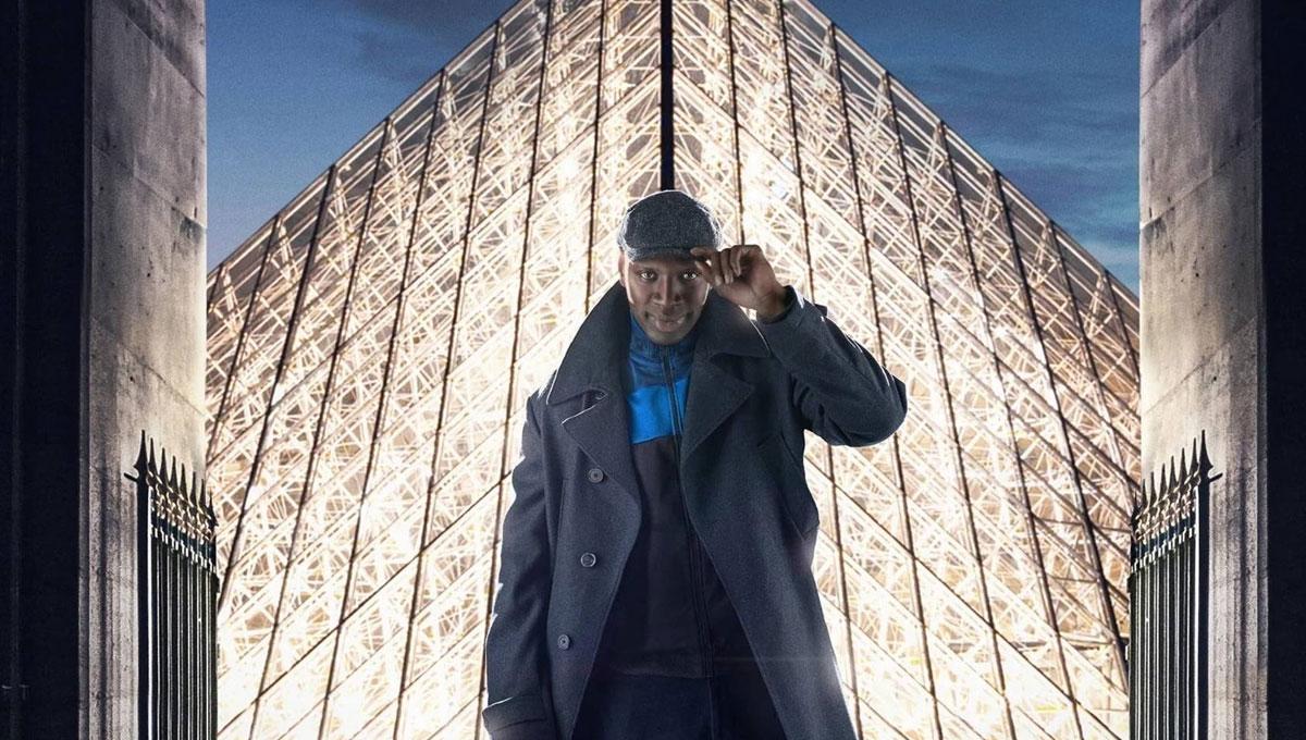 Foto promocional da série. Assane, usando uma jaqueta azul e preta por baixo de um casaco escuro, acena com sua boina para frente, com a Pirâmide do Louvre, uma estrutura cristalina que emite uma luz branca iluminando suas costas.