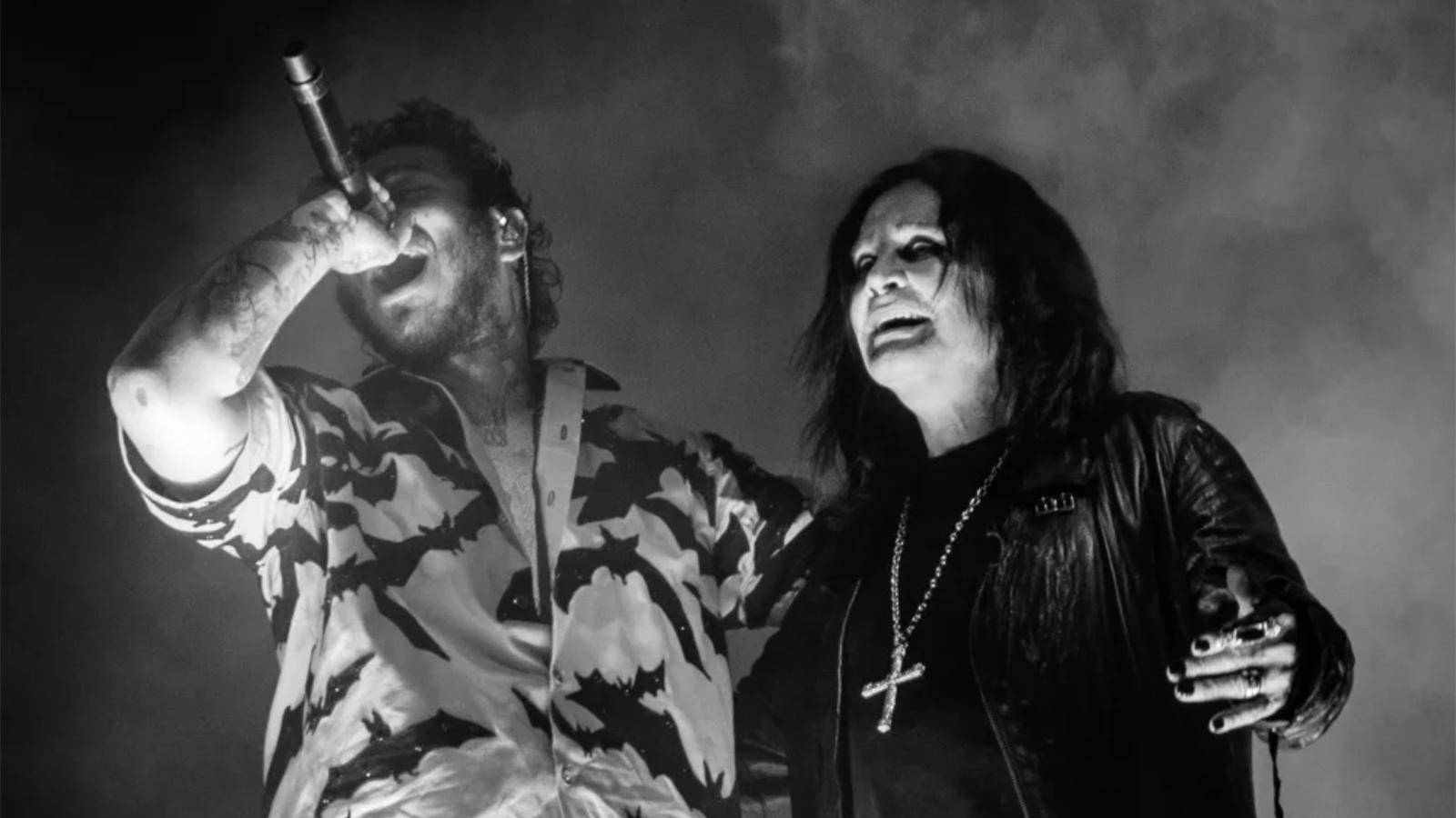 A imagem é uma foto de Post Malone com Ozzy Osbourne cantando em um show. Post está do lado esquerdo da imagem com o braço esquerdo em volta de Ozzy. Post é um homem branco de cabelos castanhos cacheados, barba e com algumas tatuagens no rosto; ele veste uma camisa com estampa de morcegos e está segurando um microfone na mão direita, em direção à sua boca. Ozzy é um homem branco de cabelos lisos compridos; ele veste uma jaqueta de couro preta, uma camiseta preta e um colar com uma cruz. A imagem está em preto e branco.