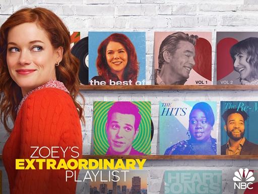 Imagem de divulgação da série Zoey e Sua Extraordinária Playlist. Ela apresenta a protagonista Zoey no canto esquerdo da imagem, posicionada de lado, olhando para o lado direito. Zoey é uma mulher branca e ruiva, com cabelos levemente encaracolados e olhos azuis, e veste uma blusa de lã vermelha. Ela está na frente de uma parede de tijolinhos branca, onde alguns dos principais personagens da série estampam capas coloridas de discos de vinil organizados em duas prateleiras.