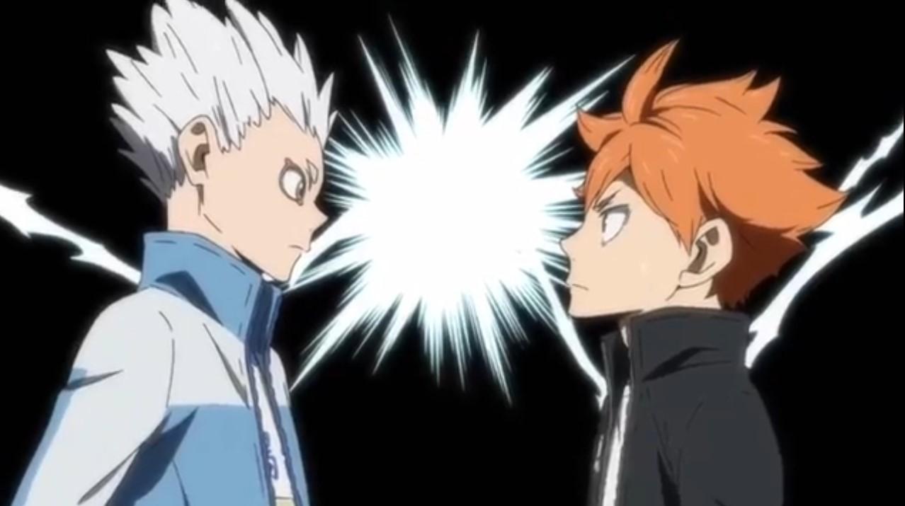 Cena da animação Haikyuu!! Hinata, de cabelo laranja, e Hoshiumi, de cabelo branco levantado, se encaram enquanto raios se chocam em um fundo preto;