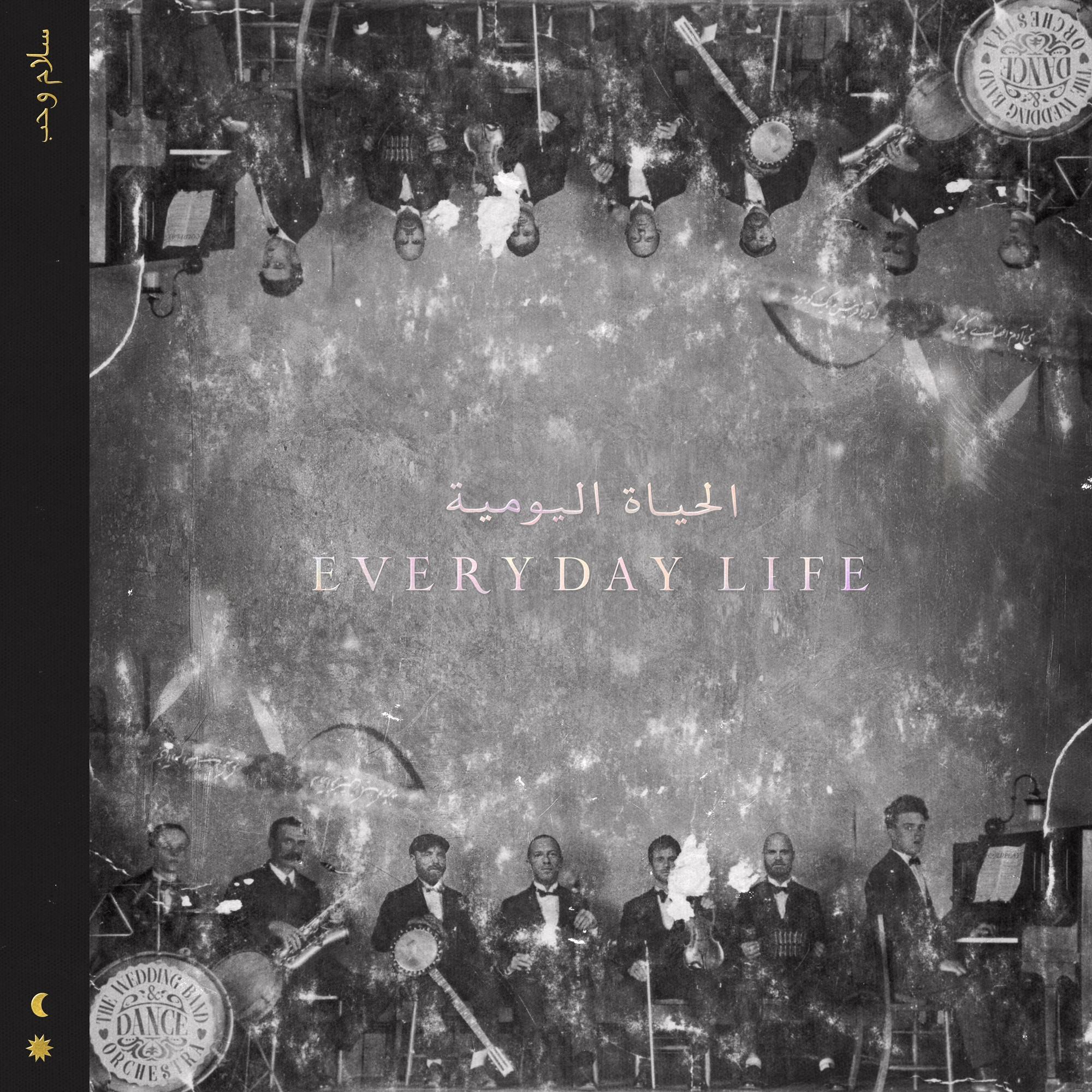 Capa do álbum Everyday Life, do Coldplay. A imagem principal é toda em preto e branco. Nas extremidades inferiores, existe uma fotografia da banda que se repete em cima (de cabeça para baixo) e embaixo. Ao centro, está escrito o título do álbum numa fonte serifada em caixa alta, num tom de rosa claro. Em cima do título em inglês, existe também o título do álbum em árabe, na mesma cor. No lado esquerdo da capa do álbum, existe uma faixa vertical de mais ou menos 1cm de espessura. No lado superior dela, existe outro inscrito em persa colorido em amarelo. Na parte de baixo da faixa, existem dois ícones, um de lua e outro de sol, seguidos um do outro, em amarelo.