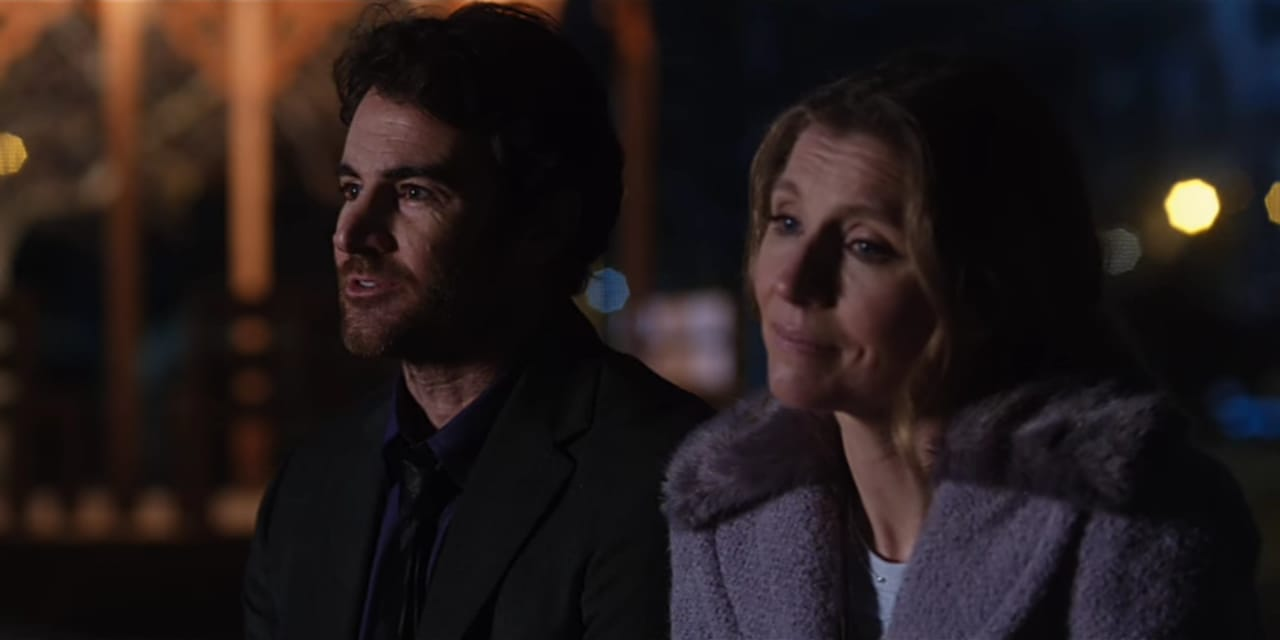 Cena da série Amigas Para Sempre, print de tela, Johnny e Kate estão ao ar livre conversando durante a noite. Fundo mais desfocado.
