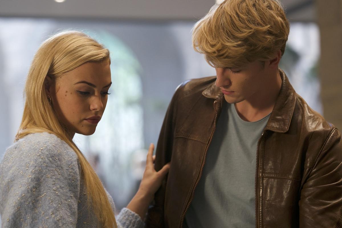 Cena da série Fate: A Saga Winx. Stella, ao lado esquerdo, olha para baixo um pouco decepcionada enquanto segura o braço direito de Sky, um jovem branco de cabelos loiros, que aparenta certo desconforto na ação.