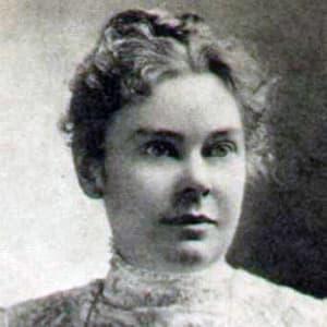 Foto em preto e branco de Lizzie Borden, uma mulher branca com cabelos e olhos claros. Seus cabelos estão presos em um coque, e ela usa uma roupa branca rendada de gola alta. Seus olhos estão fixados em algum ponto fora do campo da foto, de forma incômoda.