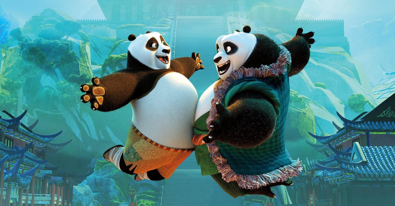 Cena do filme Kung Fu Panda 3. Na imagem, no primeiro plano, a esquerda Po e a direita seu pai Li estão saltando e encostando as barrigas com olhar de felicidade. Ao fundo um templo chinês em menor opacidade e casas em arquitetura chinesa.