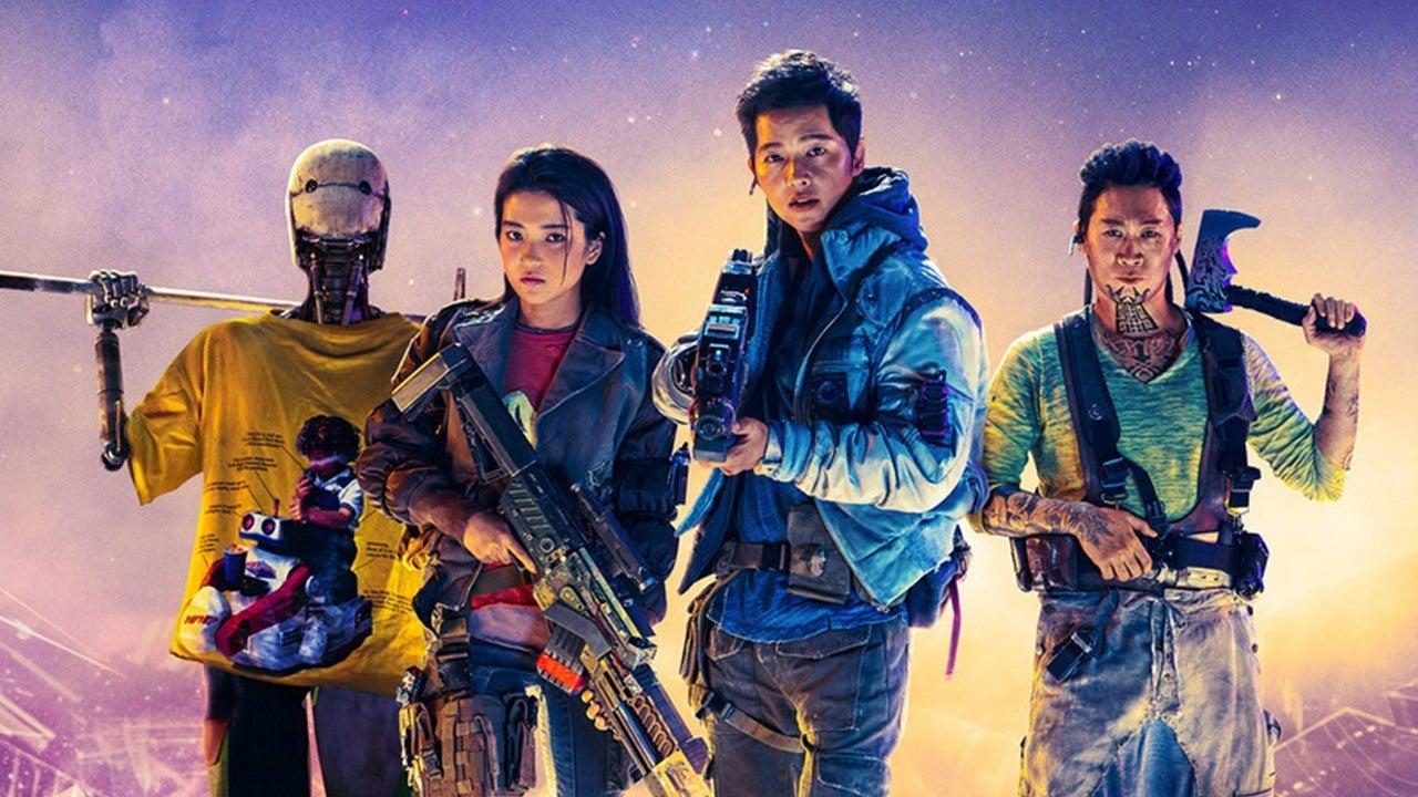Foto promocional do filme Nova Ordem Espacial. Os quatro personagens principais, da esquerda para a direita: Bubs (Yoo Hae-Jin), um robô humanóide usando uma camiseta amarela e apoiando um arpão no ombro; a capitã Jang (Kim Tae-ri), usando uma jaqueta batida por cima de uma camiseta vermelha e segurando um rifle futurista apontado para baixo; Tae-ho (Song Joong-Ki), o piloto, com uma jaqueta e camisa azuis e uma arma apontada para frente e, por fim Park Tiger (Jin Seon-kyu), o engenheiro, usando uma camiseta amarela velha por baixo de suspensórios e com uma machadinha apoiada em seu ombro.