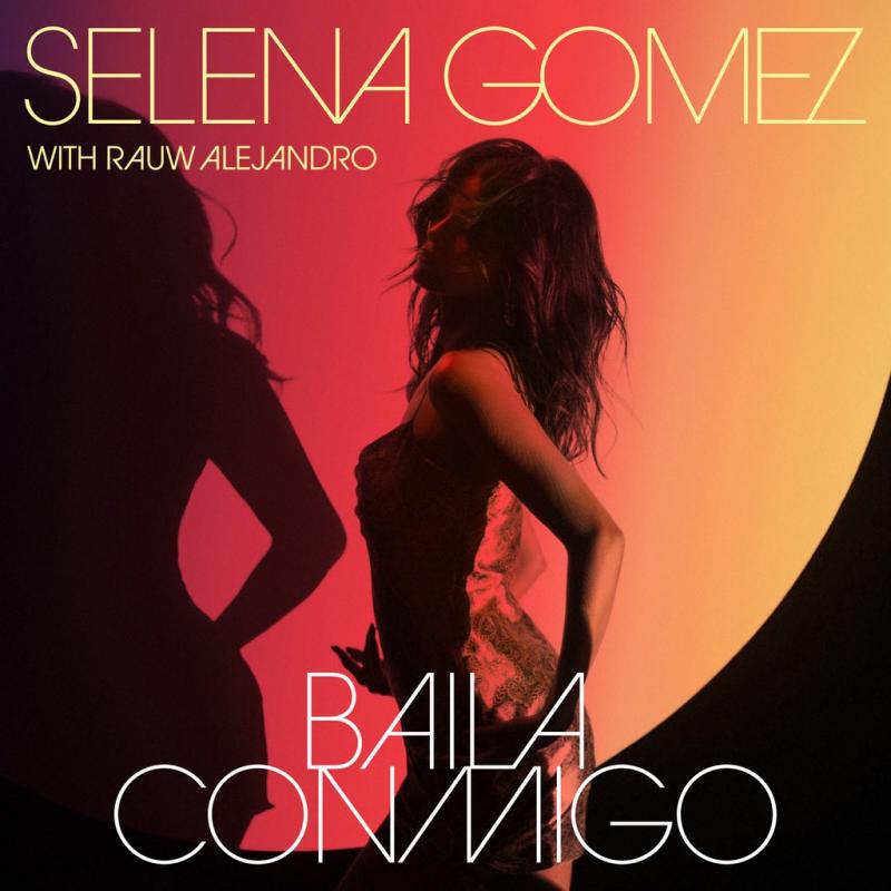 Capa do single Baila Conmigo, de Selena Gomez. A imagem é quadrada e a artista está ao centro, de lado, com o rosto virado para o lado esquerdo da imagem, e aparece do quadril para cima, dançando contra a luz. A iluminação, em tons de amarelo, laranja e rosa, vem de um círculo que toma quase a imagem inteira. Existe também uma sombra parcial de Selena no canto esquerdo da imagem. A artista está de cabelos soltos e ondulados e usa um vestido justo a corpo de alças finas e de cor clara. Na linha superior da imagem, está o nome de Selena Gomez, numa fonte fina, em caixa alta e colorida em branco. Embaixo, alinhado à esquerda e num tamanho menor, o nome do rapper que colaborou com ela na faixa, Rauw Alejandro. Na parte inferior da imagem, centralizado, está o nome da música, na mesma fonte e estilização do nome de Selena.