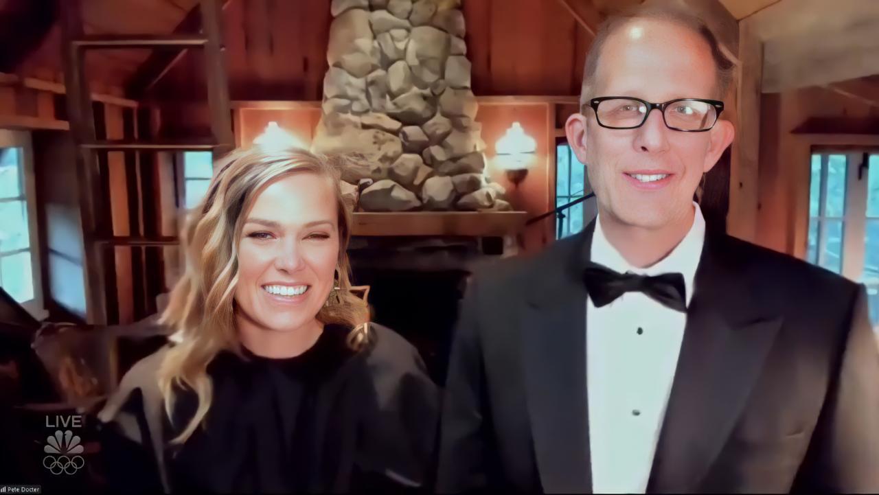 Foto dos criadores de Soul. Duas pessoas brancas, um homem e uma mulher, estão de pé na frente de uma lareira, Na esquerda, a mulher loira vestida de preto sorri olhando para a câmera. Do seu lado, o homem da mesma coloração de cabelo e roupa, usa óculos e está também olhando para a câmera.