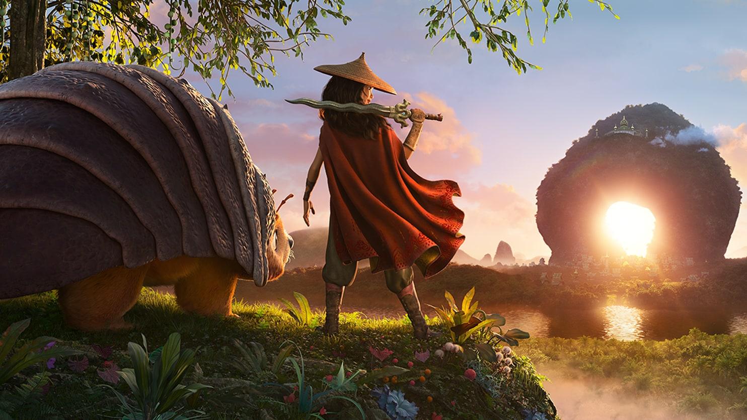 Cena do filme Raya e o Último Dragão com a personagem principal, Raya, no centro da imagem e de costas para a tela, veste uma capa vermelha e chapéu. Ela está segurando uma espada e apoiando-a em seu ombro. Ao seu lado esquerdo encontra-se Tuk Tuk, animal parte tatu, parte urso que é parceiro de Raya.