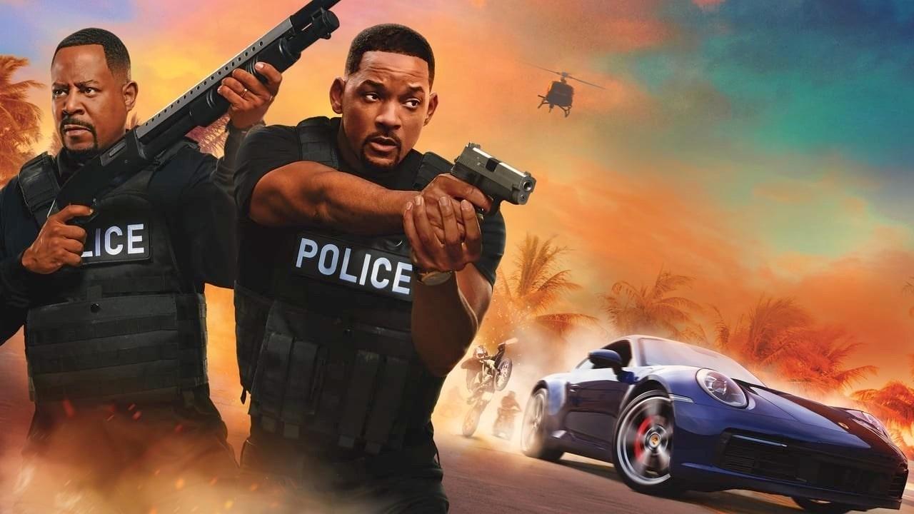 Flyer do filme Bad Boys Para Sempre. Dois homens negros, vestindo camisa preta e colete à prova de balas da polícia, segurando armas. Ao fundo, palmeiras, céu em cores alaranjadas e azuladas, está no final da tarde, um carro fugindo de duas motos e um helicóptero.