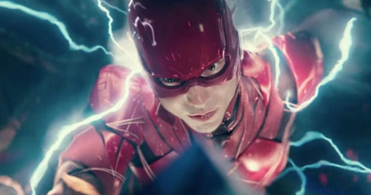 Cena do Snyder Cut. Na cena, vemos o Flash na armadura vermelha e correndo entre raios azuis. O Flash é um jovem branco, que usa uma armadura vermelha e com detalhes escuros. Ele corre no meio da Força de Aceleração, entre os Raios azuis.
