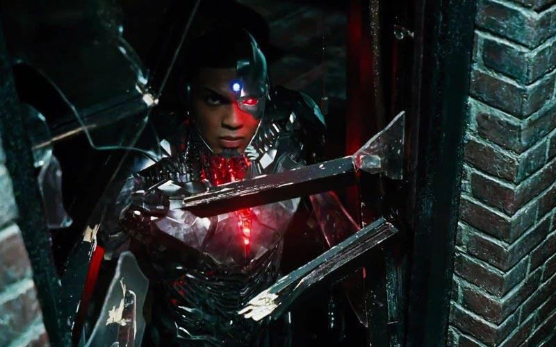 Cena do Snyder Cut. Nela, vemos Ciborgue olhando por uma janela quebrada. Ele é um homem negro fundido a um robô. Seu corpo é quase todo metálico e robótico, mas seu olho esquerdo é vermelho, mesma cor de um núcleo de energia presente em seu peito.