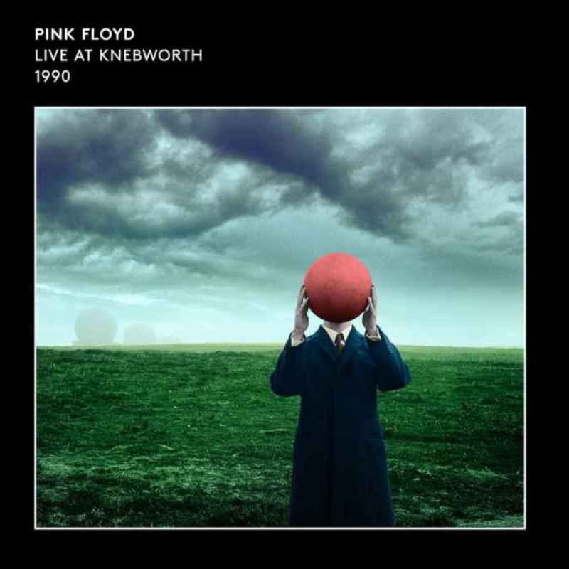 Capa so EP The Great Gig in the Sky (Live at Knebworth 1990 [2021 Edit]) ainda é uma prévia do álbum ao vivo que será lançado em abril (Foto: Reprodução) do Pink Floyd, mostra homem branco usando sobretudo azul em um campo aberto. Ele esconde o rosto com uma bola vermelha. Ao fundo vemos algumas nuvens cinzas. A imagem tem uma borda preta e no canto superior esquerdo está escrito o nome da banda e em baixo o nome do EP em branco.