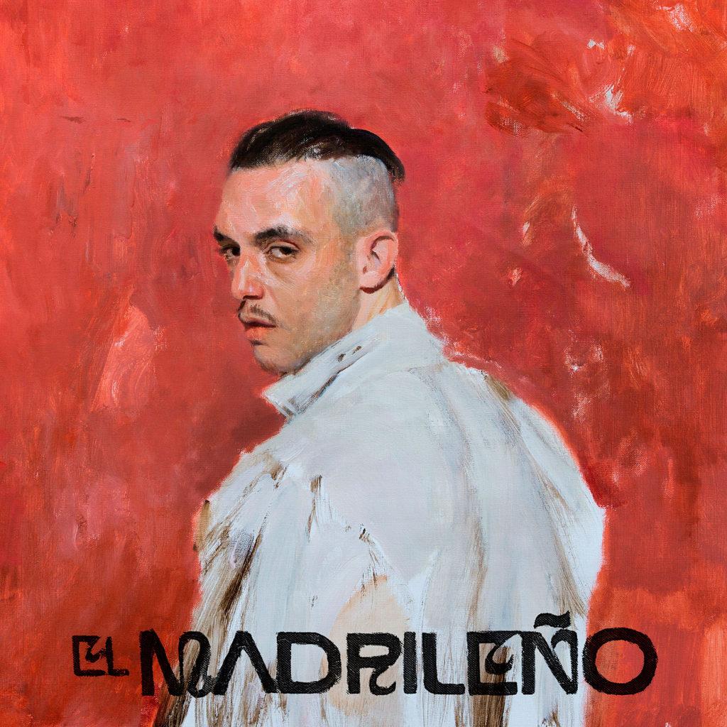 Capa do álbum El Madrileño, de C. Tangana. A imagem é em estilo de pintura e possui um fundo vermelho. No centro, está o artista C. Tangana, um homem branco de olhos e cabelos castanhos escuros. Ele veste uma camisa branca de gola e seu cabelo está raspado nas laterais. C. Tangana está inclinado para o lado esquerdo da imagem e olha para a 'câmera' sem sorrir. No linha inferior da imagem, está escrito o nome do disco numa fonte em caixa alta preta.