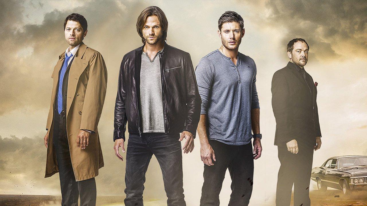 Imagem promocional de Supernatural. Sam, Dean, Castiel e Crowley estão no centro da imagem de pé olhando para a câmera. Crowley está todo de preto, na lateral direita da imagem com o corpo na diagonal, Castiel está vestindo um sobretudo marrom por cima de uma camisa branca e gravata azul e calças escuras, no canto esquerdo e também com o corpo na diagonal contrária. Sam e Dean estão no centro da imagem, Sam ao lado esquerdo de Dean. Sam veste uma jaqueta preta por cima de uma blusa cinza e calça jeans e Dean está com uma blusa de mangas compridas azul e calça preta.