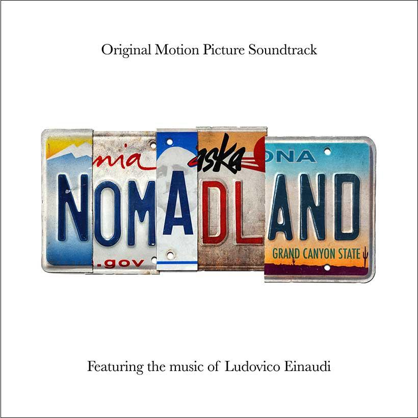 """Capa da trilha sonora do filme Nomadland. A imagem possui um fundo branco, e no centro uma montagem feita com placas de carro diferentes com as letras do nome do filme dispostas em fundos diferentes. Na primeira está a letra N, com um fundo azul, branco e amarelo. Na segunda, as letras OM estão em um fundo branco. A letra A está em um fundo branco e azul arredondado. As letras DL estão em um fundo branco, amarelo e vermelho com o final da palavra """"Alaska"""" na parte de cima. Por último, as letras AND estão dispostas em um fundo degradê de azul, branco e amarelo, com a frase """"Grand Canyon State"""" na parte inferior."""