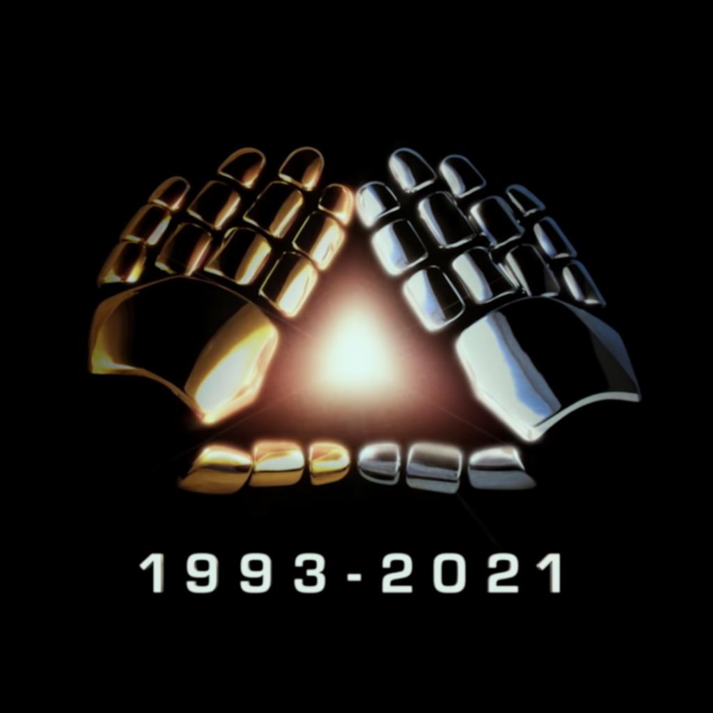Imagem do vídeo 'Epilogue', de Daft Punk. A imagem tem fundo preto e uma ilustração de duas mãos, uma prateada e uma dourada, representando o duo. As mãos estão no centro e se encontram, formando um triângulo. No meio do triângulo, surge uma luz e embaixo das mãos está escrito 1993 - 2021, a data de duração da dupla.