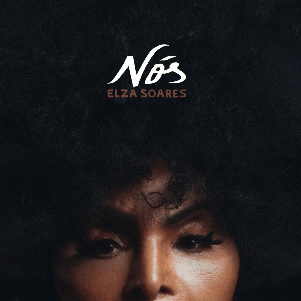Capa do single Nós de Elza Soares. Vemos metade do rosto de Elza, uma mulher negra de 90 anos. Ela usa delineado preto nos olhos. O restante da imagem é preenchido por seu cabelo cacheado e preto. Na parte superior lê-se Nós em branco e abaixo lê-se ELZA SOARES em marrom