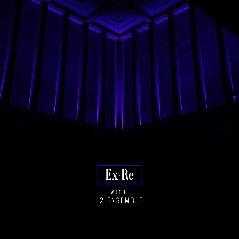 """Capa do álbum Ex:Re with 12 Ensemble, de Ex:Re. A capa retrata um canto da parte superior do espaço Kings Place, onde as músicas foram gravadas. A parte de cima está iluminada por uma luz púrpura que destaca o espaço entre as colunas e os quadrados concêntricos no teto. A metade inferior está completamente preta, com o nome """"Ex:Re with 12 Ensemble"""" centrado. O nome """"Ex:Re"""" está dentro de um retângulo do mesmo tom púrpura que a parte de cima."""