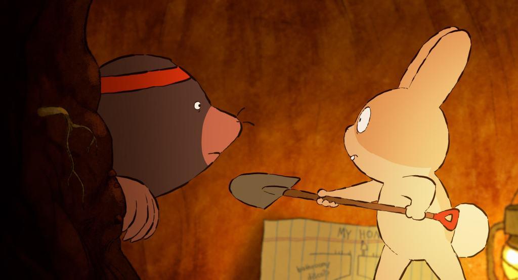 Imagem do filme Toca. Na imagem é possível ver, à direita, a coelhinha bege apontando uma pá cinza com um cabo de madeira à um furão cinza, que usa uma faixa vermelha na cabeça. Ao fundo é possível ver o caminho de terra da toca e o mapa da protagonista ao lado de seu lampião.