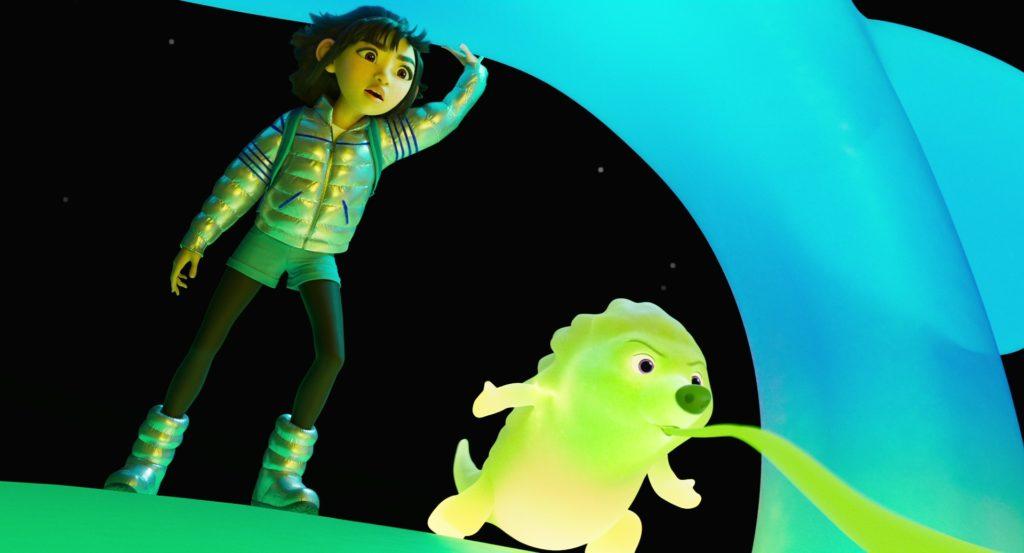 Imagem do filme A Caminho da Lua. Na imagem, à direita está Gobi, uma criatura neon, e à esquerda Fei Fei, vestindo uma jaqueta prateada, shorts azuis, leggings pretas, botas prateadas e uma faixa rosa, que prende seus cabelos pretos curtos. Ao fundo direito é possível ver um pedaço de um dos locais da lua, azul, enquanto eles estão acima de um local verde.