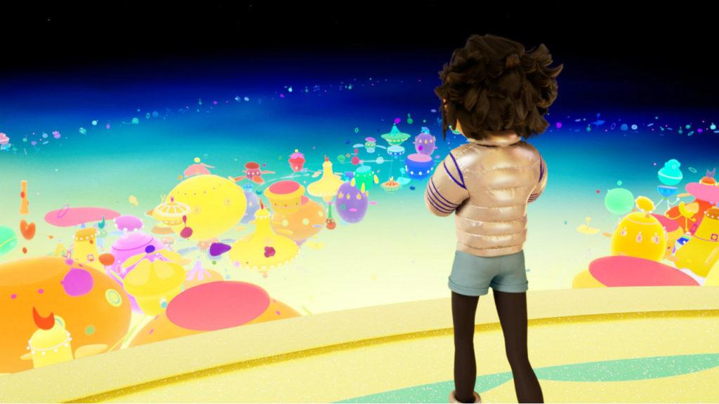 Imagem do filme A Caminho da Lua. Na imagem é possível ver Fei Fei de costas, vestindo sua jaqueta prateada, shorts azuis e leggins pretas; Ela olha para o cenário da lua, colorido e cheio de diferentes ambientes de formatos circulares e ovais. Ao fundo, é possível ver a margem azulada da lua, assim como o preto do universo.