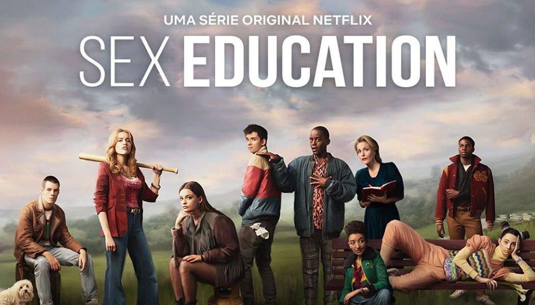 Imagem promocional da segunda temporada de Sex Education. Na imagem, vemos nove personagens da trama. Da esquerda para a direita, está Adam, um homem branco de cabelos raspados. Está sentado em uma mala e tem um cachorro ao seu lado; Aimee é uma mulher branca de cabelos louros e está de pé ao seu lado. Ela segura um taco de beisebol, está usando uma jaqueta vermelha e calça jeans; Maeve, mulher branca de cabelos escuros, está sentada com a mão direita segurando o rosto. Ela usa uma jaqueta escura com franjas e meia-calça preta; Otis é um homem branco de cabelos castanhos, está de costas, usando uma jaqueta azul e vermelha e tem lenços brancos no bolso traseiro de sua calça; Eric, homem negro com cabelo raspado, está segurando o ombro de Otis com expressão de surpresa. Ele usa uma jaqueta azul e uma calça xadrez; Jean, uma mulher branca de cabelos louros, está ao seu lado, com um caderno em mãos. Ela está usando um vestido azul; Ola é uma mulher negra com cabelos cacheados e curtos, ela está agachada à frente. Usa uma jaqueta verde e uma blusa listrada colorida; Lily está ao seu lado, deitada de lado em um banco. Ela é uma mulher branca, com cabelos castanhos, em dois coques. Ela usa camiseta colorida e calça laranja; Jackson é um homem negro retinto de cabelo raspado. Ele está de pé atrás de Lily, usando uma jaqueta vermelha com um M, símbolo da escola Moordale, e uma tipoia no braço.