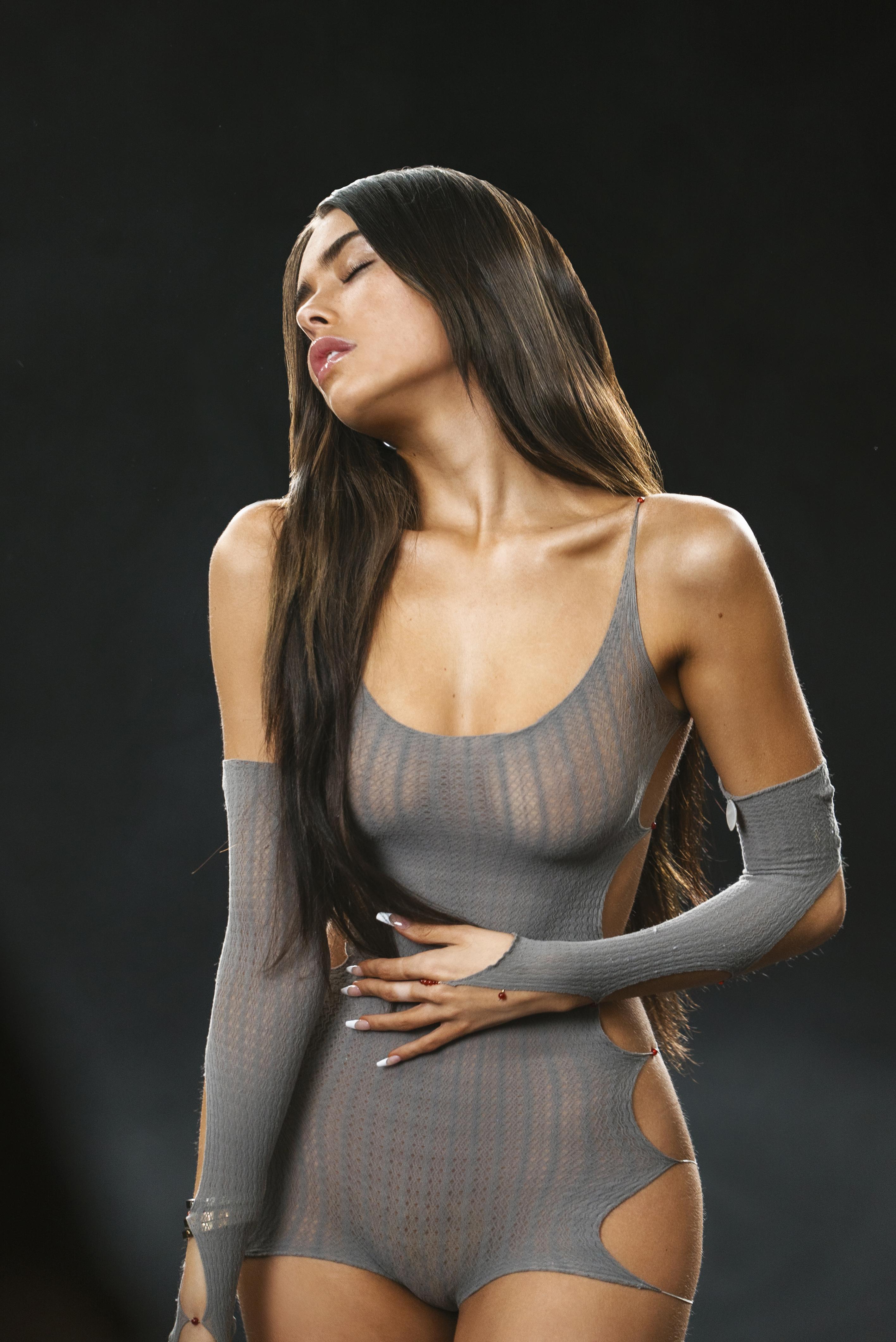 Em um fundo preto, Madison está de pé, com uma mão na barriga, com o rosto virado para a esquerda e de olhos fechados. A cantora branca e magra veste uma roupa cinza e cabelos castanhos soltos, na altura da cintura.