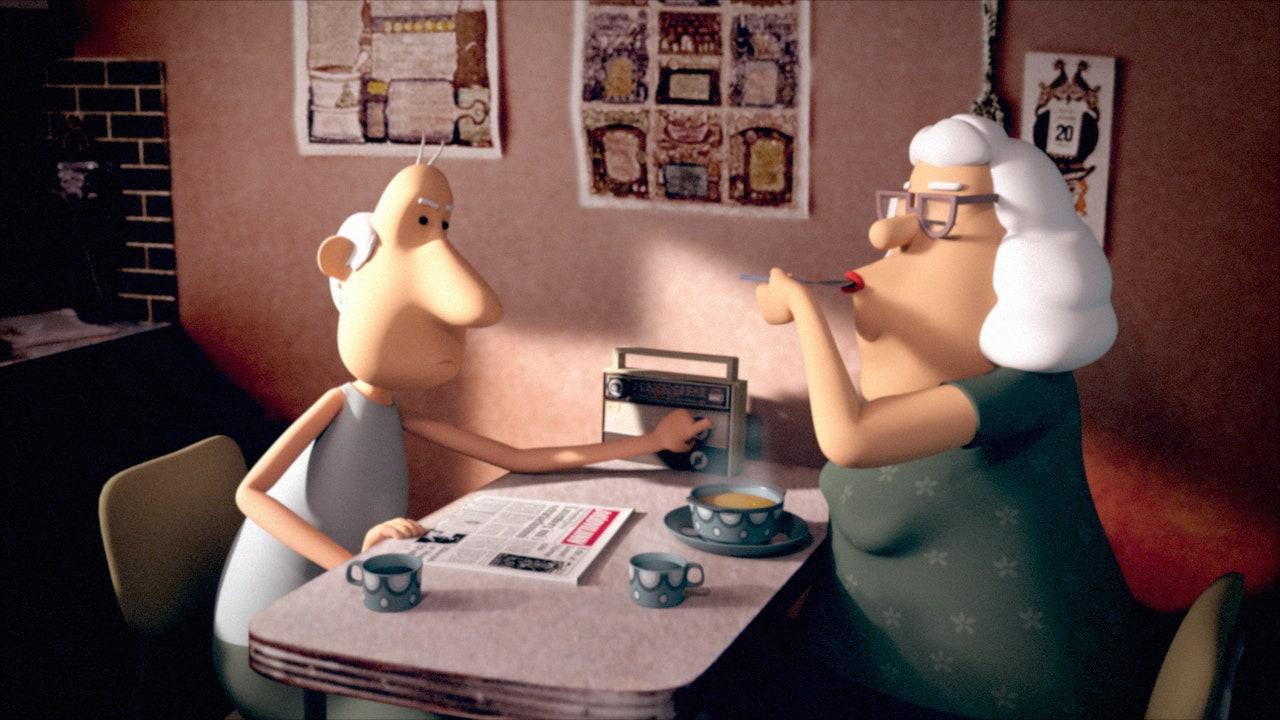 Imagem do filme Yes-People. Na imagem uma senhora branca de cabelo branco e vestido verde toma uma sopa sentada em uma mesa a frente de seu esposo, homem branco, careca que usa uma regata ao fundo e mexe num rádio. Na mesa, há um jornal, um prato de sopa e 2 canecas. Ao fundo, uma parede vermelha com cartazes.