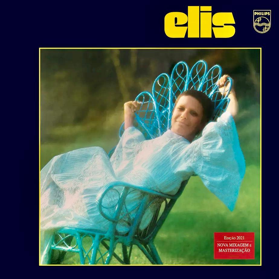 Capa do álbum Elis Remasterizado. A imagem mostra a cantora, mulher branca de cabelos costanhos curtos, sentada em uma cadeira azul com os braços apoiados em seu encosto. Ela usa um vestido branco e está em um gramado. A foto é emoldurada por uma moldura azul escura no qual vemos o nome do dosco em amarelo no canto superior direito.