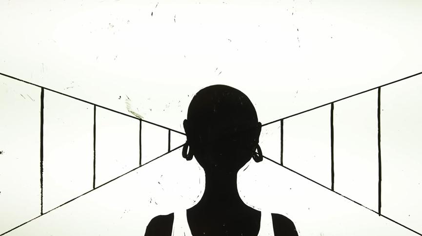 Imagem do filme Genius Loci. Ao centro, o desenho de uma mulher careca, preta e com brincos; ela uma uma regata branca. Ao fundo, é possível ver triângulos recortados em retângulos, formando um caminho.
