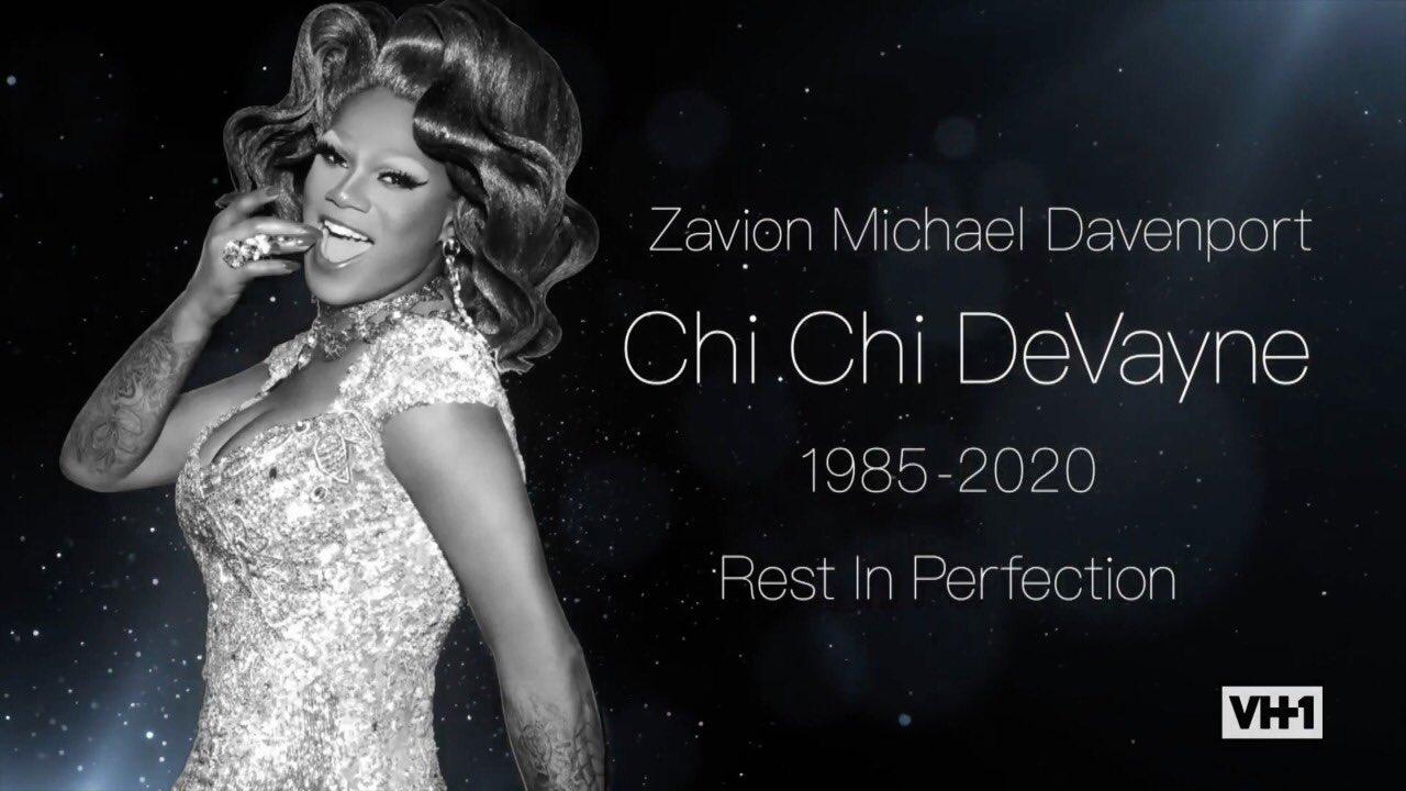 Cena da 13ª temporada do reality show RuPaul's Drag Race. Nela, vemos o banner de homenagem a Chi Chi DeVayne, drag negra que faleceu ano passado. Ao lado de uma imagem em preto e branco da drag, está escrito, em branco, Zavion Michael Davenport, Chi Chi DeVayne, 1985-2020, Rest in Perfection.