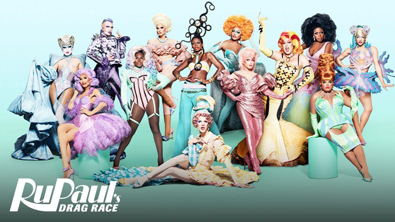 Pôster de divulgação da 13ª temporada do reality show RuPaul's Drag Race. Nela, vemos as 13 competidoras olhando para a câmera em poses poderosas e diferentes. O fundo é verde pastel e está o logo do programa em branco no canto inferior esquerdo.