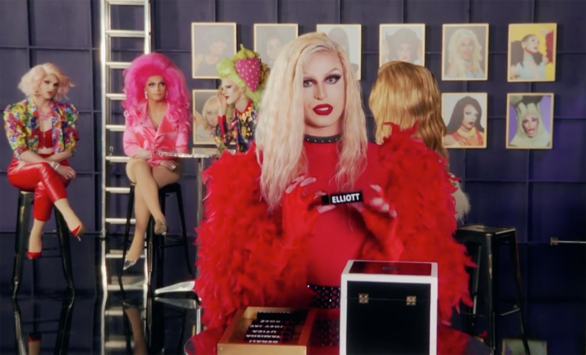 Cena da 13ª temporada do reality show RuPaul's Drag Race. Nela, vemos as queens no Porkchop Lounge. A frente, Joey Jay, loira e de vermelho, segura o batom com o nome de Elliott, votando para eliminar a drag. Ao fundo, vemos as demais queens, tensas.