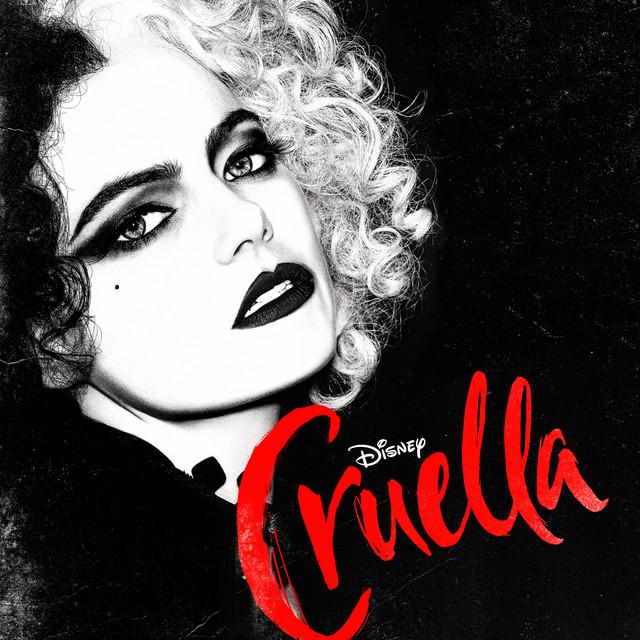 """Capa da trilha sonora do filme Cruella. O fundo é preto, com alguns resquícios de tinta branca. No canto esquerdo, está a atriz Emma Stone como Cruella, em preto e branco. Ela está com cabelos cacheados, na altura do ombro, metade preto e metade branco. Ela usa maquiagem nos olhos, com um delineado preto e usa um batom preto na boca. Ela tem uma pinta na têmpora direita. No canto inferior direito, inclinado para a esquerda, está escrito """"Cruella"""" em letras vermelhas e cursivas. Em cima do nome, está o logo da Disney em branco."""