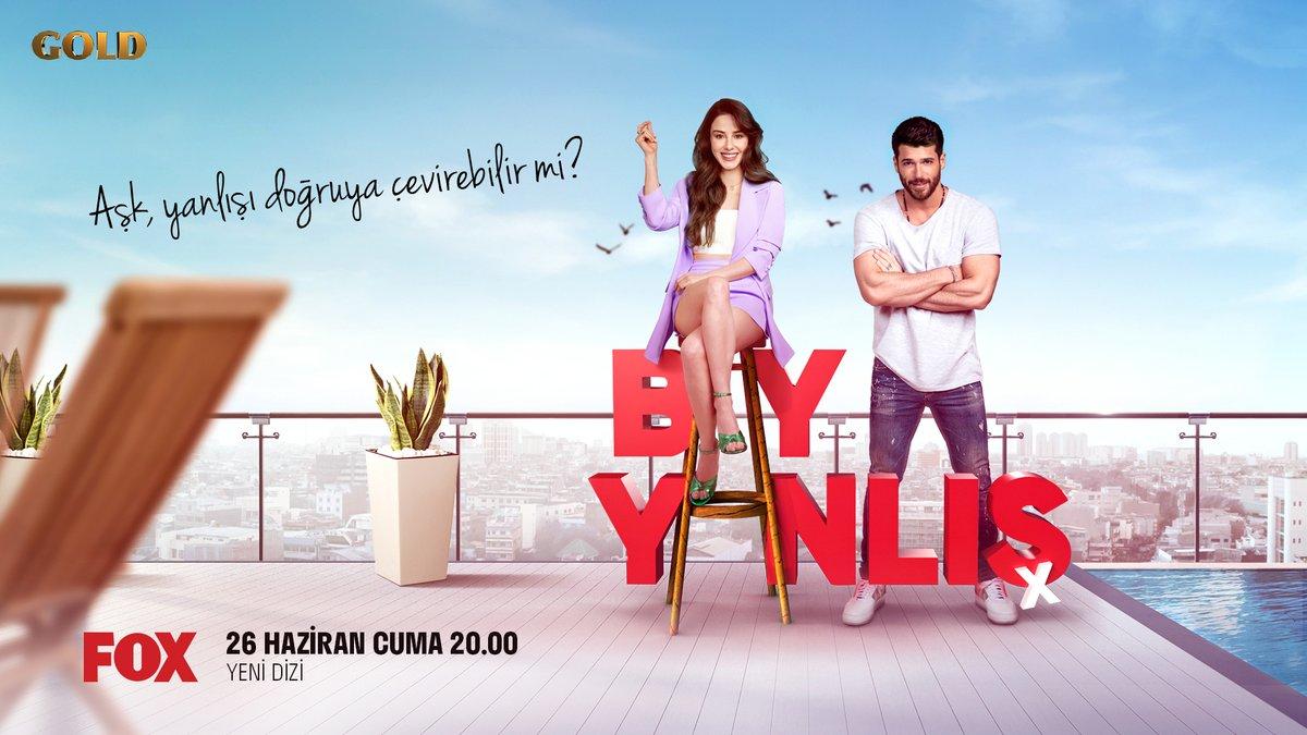 Póster da novela Bay Yanlis. Na imagem estão presentes os atores Özge Gürel e Can Yaman, que interpretam respectivamente Ezgi Inal e Özgür Atasoy. Ezgi é uma mulher branca de cabelo castanho comprido, ela está sentada num banco com a mão direita levantada, a personagem veste uma saia lilás com uma blusa branca e um terno lilás. Özgür Atasoy é um homem branco com cabelo castanho liso, ele veste uma camisa branca e uma calça jeans, está posicionado de pé com os braços cruzados. Ambos estão em uma varanda, com o nome da série em vermelho.