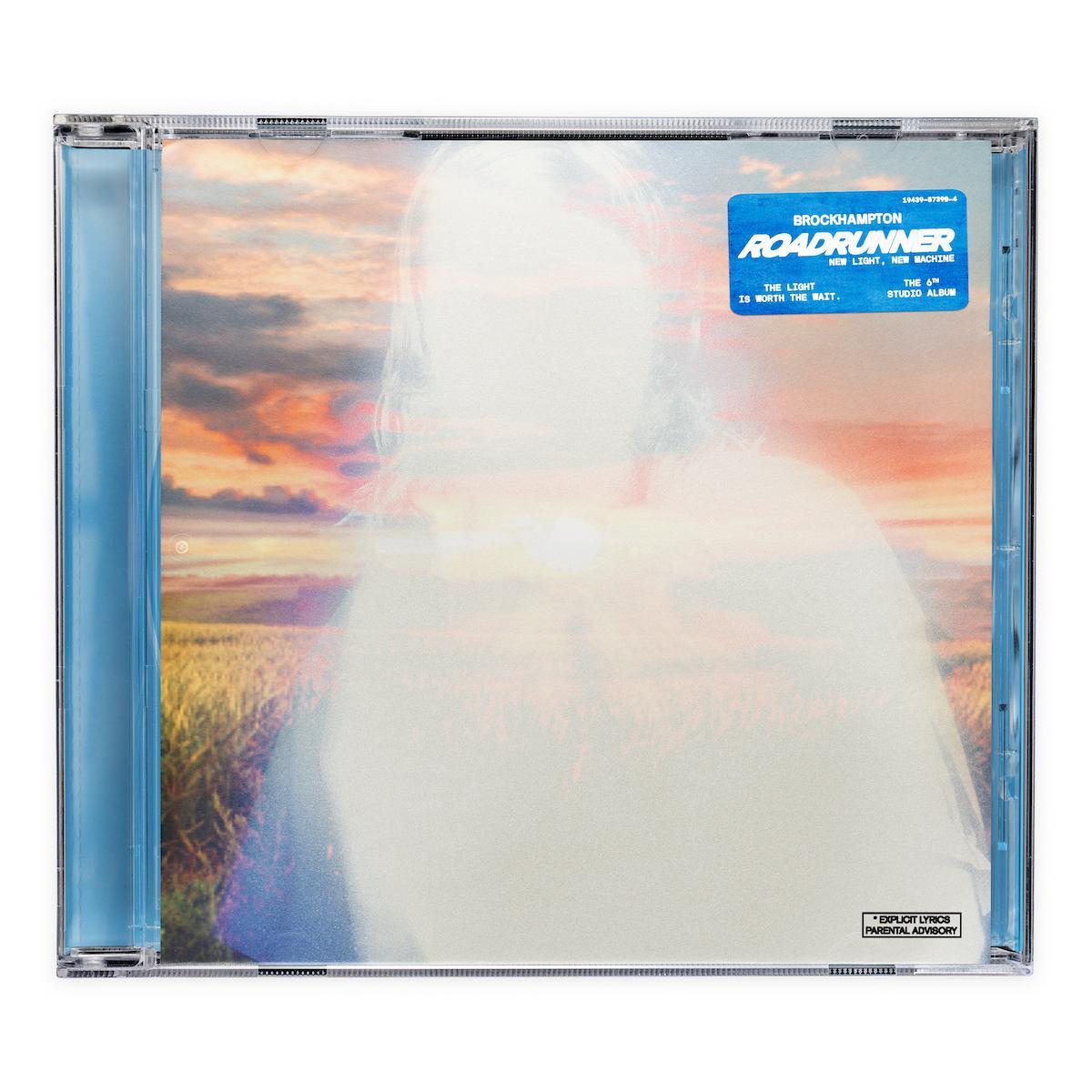 """Capa do álbum ROADRUNNER: NEW LIGHT, NEW MACHINE. Foto quadrada com o fundo branco. Ao centro, a capa de um CD físico. Suas laterais são da cor azul, e a arte é posicionada em seu centro. Nela, vemos a silhueta branca de um homem com cabelos longos olhando para frente. Atrás dele, a paisagem de um campo verdejante ao pôr do sol, que ilumina em laranja as nuvens. No canto superior direito, é possível observar uma etiqueta azul, com os dizeres """"ROADRUNNER"""" em branco no seu centro. Acima dele, em uma fonte menor, """"BROCKHAMPTON"""". E abaixo, """"NEW LIGHT, NEW MACHINE"""". Ainda no canto inferior esquerdo, lê-se """"THE LIGHT IS WORTH THE WAIT."""", e no canto inferior direito, """"THE 6th STUDIO ALBUM"""""""