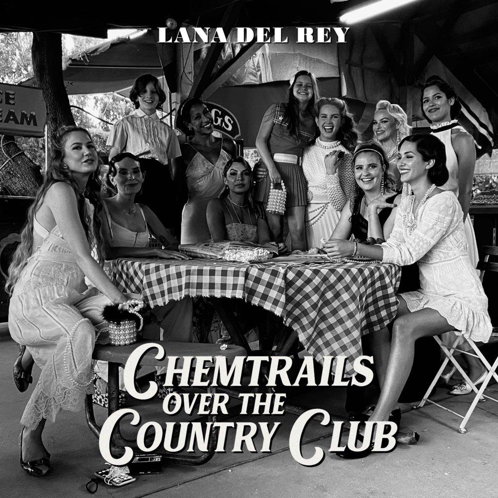 Capa do álbum Chemtrails Over The Country Club. Lana Del Rey sorrindo junto com 11 mulheres, com 5 sentadas numa mesa enquanto Lana e as outras 5 amigas de pé ao redor. Cores todas no estilo preto e branco.
