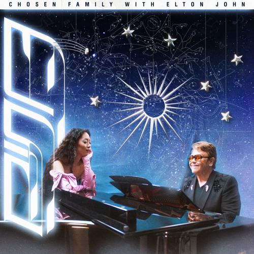 """Capa da música Chosen Family, de Rina Sawayama e Elton John. A imagem apresenta os artistas sob um fundo de constelações. Elton está no lado esquerdo ao piano, usando um terno preto e um óculos laranja. Rina se apoia em cima do piano, de frente para Elton, e usa um vestido e luvas cor-de-rosa, e repousa o rosto em cima da sua mão esquerda. No topo da imagem, existe uma linha branca onde está escrito em preto o nome da música, numa fonte simples em caixa alta, seguido por um """"WITH ELTON JOHN""""."""