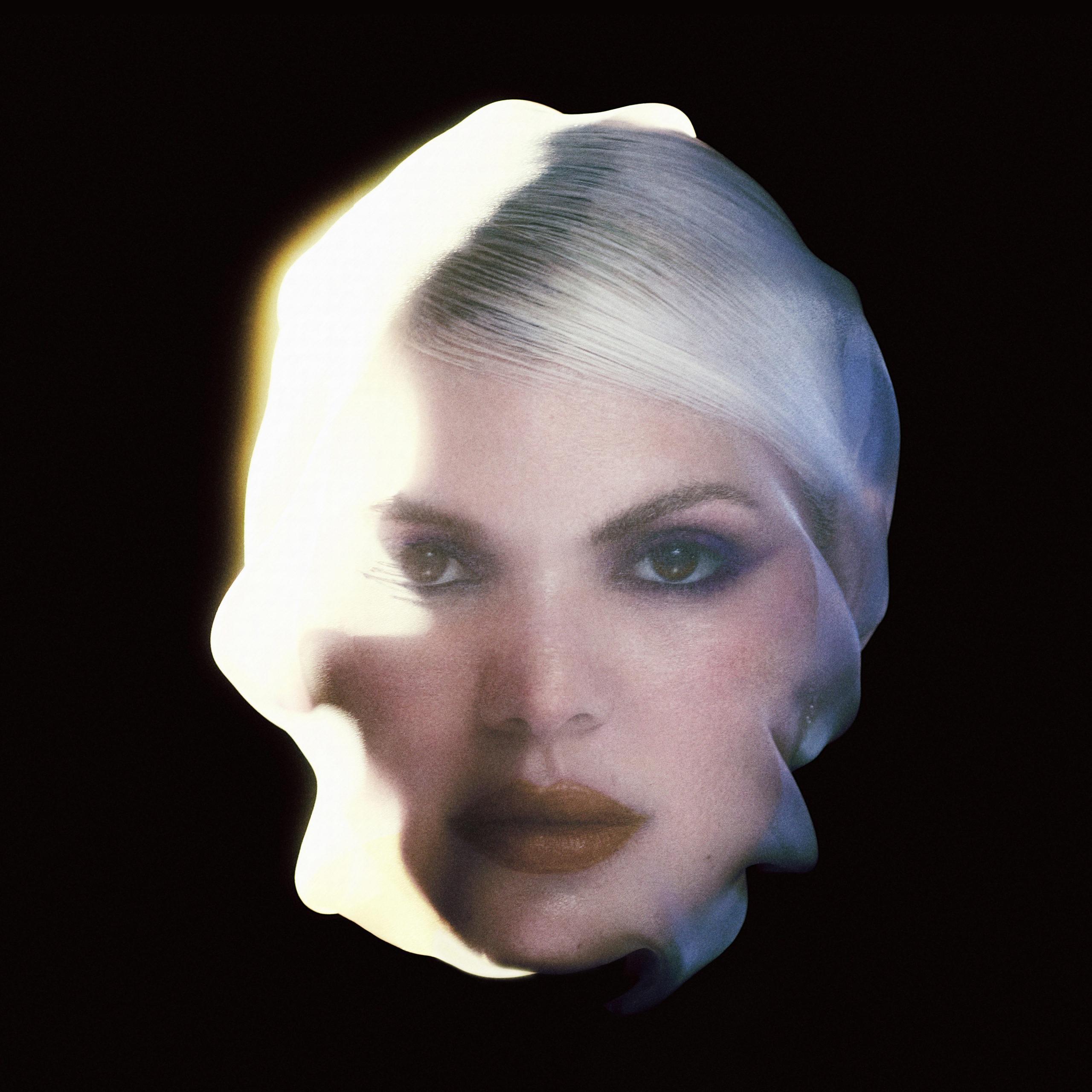 Capa do CD Te Amo Lá Fora, de DUDA BEAT. Nela, vemos a cantora DUDA BEAT ao centro, mostrando apenas sua cabeça em um fundo preto. Ela está com o rosto coberto por algo parecido com um véu bem translúcido. Ela é branca, tem cabelos loiros, usa batom vermelho e olha diretamente para a câmera.