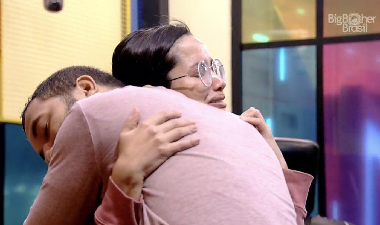 Cena do Big Brother Brasil 21. Os participantes Juliette e Gil estão se abraçando na Academia. Ambos estão com expressão de choro.