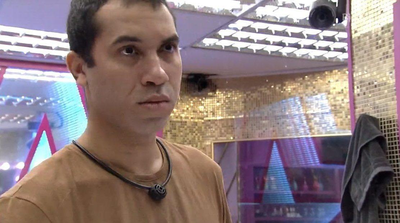 Cena do Big Brother Brasil 21. Gilberto está se olhando no espelho do banheiro logo após retirar a barba.