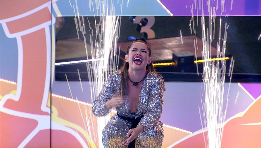 Cena do Big Brother Brasil 21. Juliette, logo após descobrir ser campeã, ajoelha e chora.