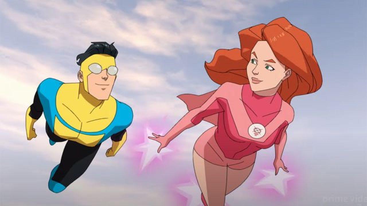 Cena da série animada Invincible. Nel, vemos Mark e Eve voando. Ele é asiático, e usa uma roupa de látex azul e amarela, com calças pretas e duas lentes cinzas nos olhos. Ela é branca, ruiva e veste um traje rosa.