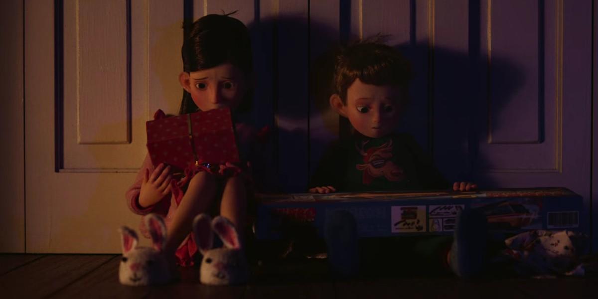 A imagem retangular é uma cena da série Love, Death & Robots. A imagem está mais iluminada à esquerda e mais escura à direita, devido a iluminação. Centralizada à esquerda vemos uma menina de cabelos escuros e com uma franja para a esquerda, ela possui sobrancelhas finas e um olho grande com pupilas grandes e pretas. Ela usa um roupão rosa e pantufa com formato de coelho branca. Ela está sentada e segurando um presente de natal sobre o colo com uma feição preocupada. Centralizada e à direita vemos um menino mais novo de cabelo loiro jogado para a direita , ele possui sobrancelhas finas e um olho grande com pupilas grandes e pretas também. Ele usa um suéter verde com um desenho de girafa amarela no centro e meias azuis. Ele está sentado e sobre seu colo carrega um presente desembrulhado também com um semblante preocupado.