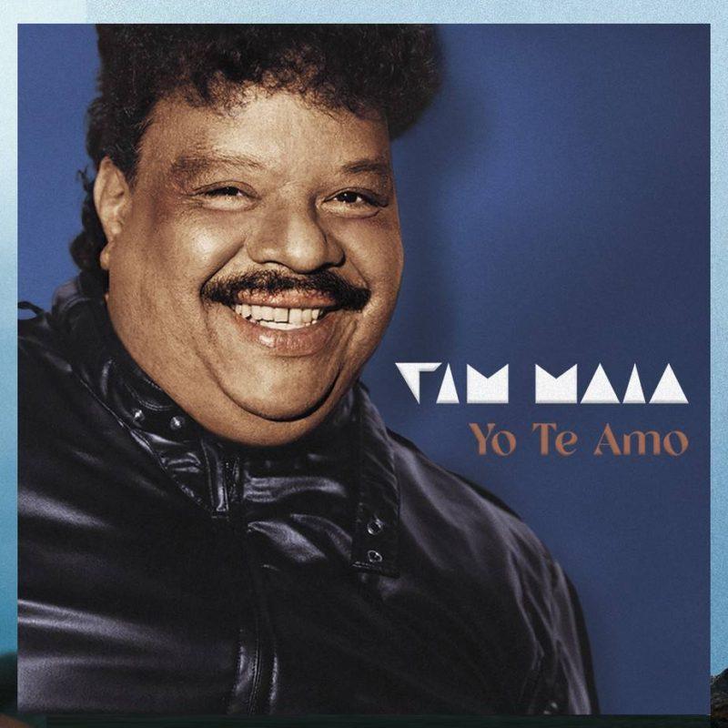 Foto do disco Yo Te Amo. Tim Maia, um homem negro, adulto, de bigode e cabelo preto, está sorrindo para a foto. Podemos vê-lo do peito para cima, usando um casaco preto. Ao seu lado, está escrito TIM MAIA em branco e, abaixo, YO TE AMO em amarelo. O fundo é azul marinho.