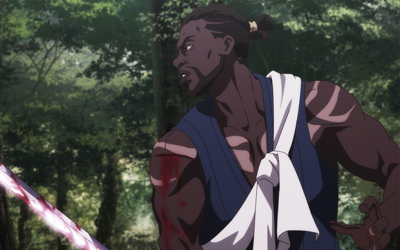 Cena do anime Yasuke. Nela, vemos a animação de um homem negro, um samurai chamado Yasuke. Ele veste camisa azul, tem um pano branco amarrado acima do ombro e tem os cabelos em dread presos num coque. Ele segura uma espada samurai e tem um corte no braço.